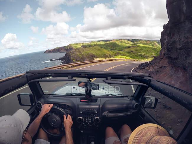 Vista posteriore di una coppia che guida un'auto decappottabile, Maui, Hawaii, USA — Foto stock