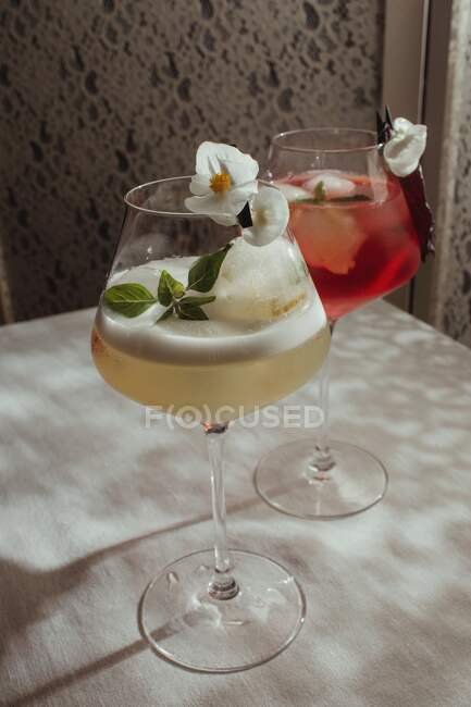 Two cocktails with floral decorations on a table — Stock Photo