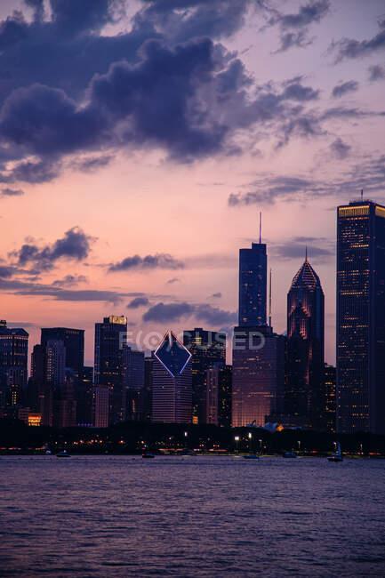 Cityscape at dusk, Chicago, Illinois, USA — стокове фото