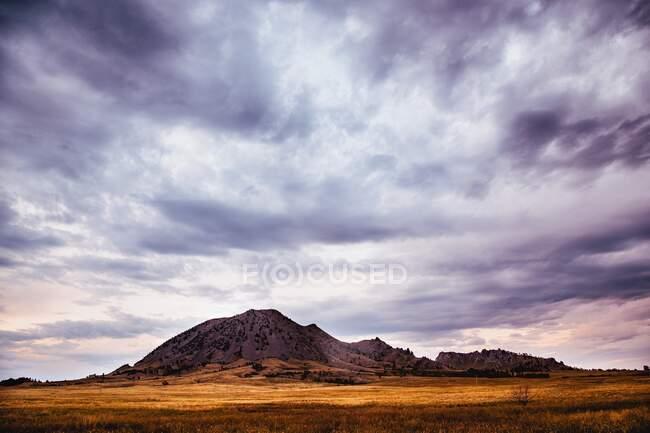 Бушующие облака над горным ландшафтом, Медведь Бьютт Стейт Парк, Южная Дакота, США — стоковое фото