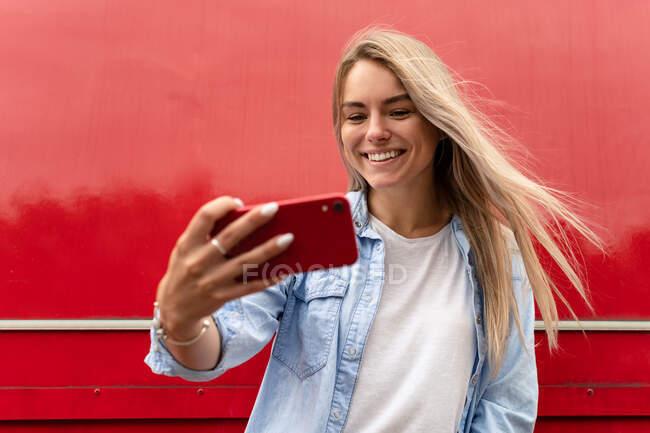 Retrato de una hermosa mujer tomando una selfie - foto de stock