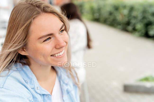 Портрет усміхненої жінки. — стокове фото