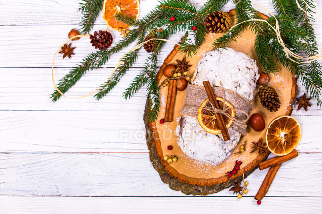 Torta di pan di zenzero di Natale con spezie e cannella su sfondo di legno — Foto stock
