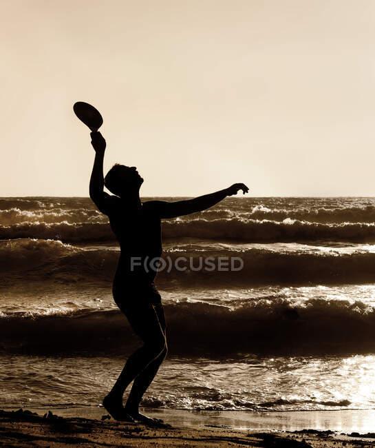 Silueta de un hombre jugando al pádel en la playa, Malta - foto de stock