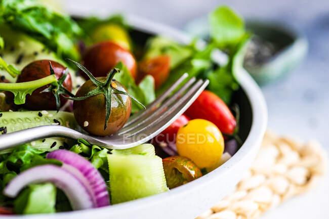 Insalata di verdure fresche con semi di sesamo servita in una ciotola — Foto stock