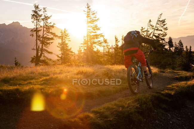 Donna mountain bike in montagna all'alba, Fadstadt, Salisburgo, Austria — Foto stock