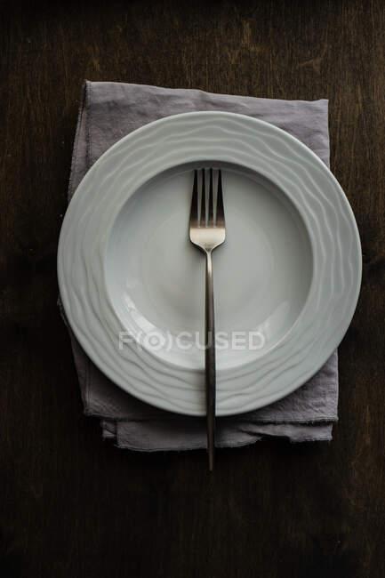 Ciotola vuota in ceramica con forchetta su tavolo in legno con spazio copia — Foto stock