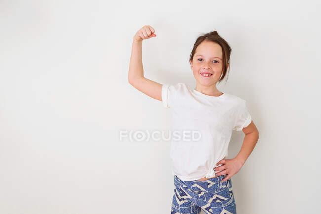 Портрет девушки, сгибающей мышцы — стоковое фото