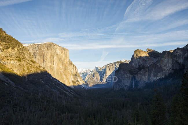 Parque Nacional Yosemite al amanecer, California, EE.UU. - foto de stock