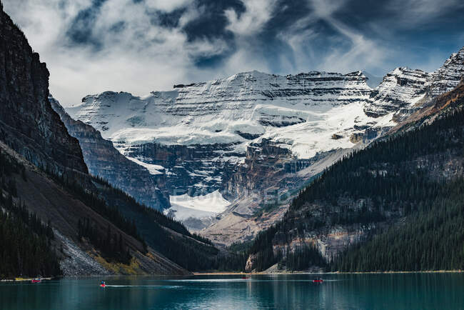 People canoeing on Lake Louise and Canadian Rockies, Banff National Park, Alberta, Canada — Stock Photo