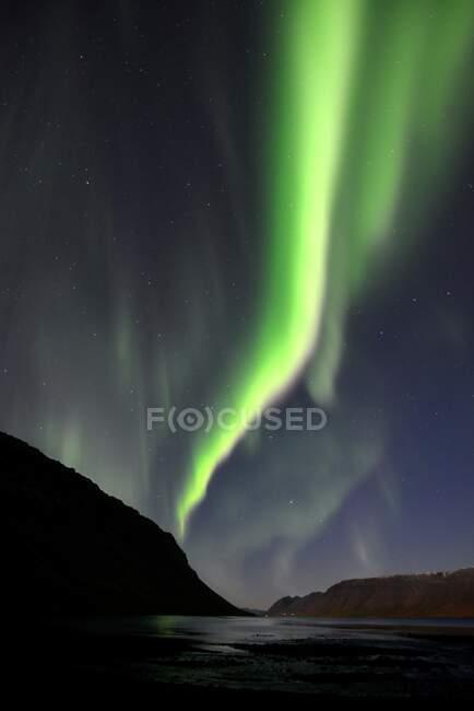 Larga exposición de Northern Lights, Arnarfjordur, Islandia - foto de stock