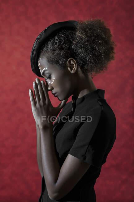 Портрет жінки з розфарбованим обличчям. — стокове фото