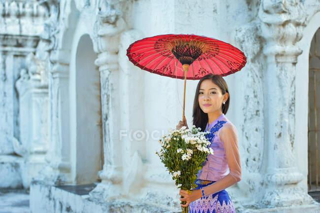 Портрет прекрасної жінки, що тримає квіти в монастирі Шве Нан Дау (Мандалай, М