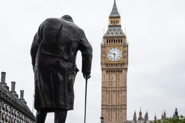 Statue of Winston Churchill Facing Big Ben, London, England, UK - foto de stock