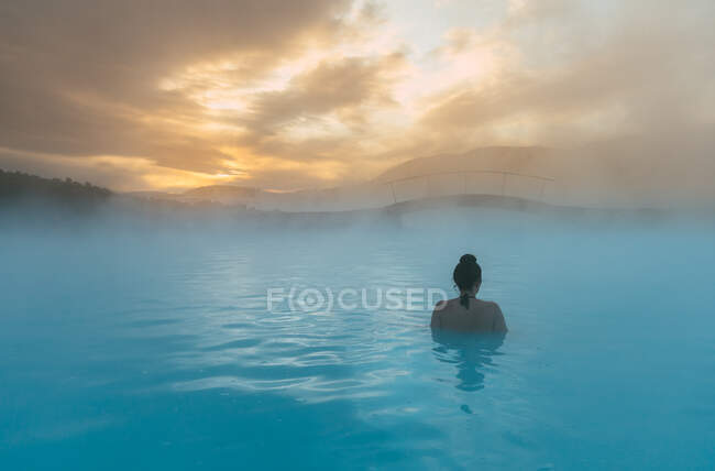 Rear view of a woman standing in the Blue Lagoon, Iceland — Foto stock