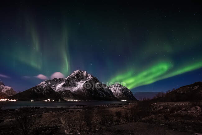 Northern lights over coastal mountains, Flakstad, Lofoten, Nordland, Norway - foto de stock