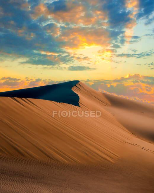 Paysage désertique au coucher du soleil, Mesquite Dunes de sable plates, Death Valley, Californie, USA — Photo de stock