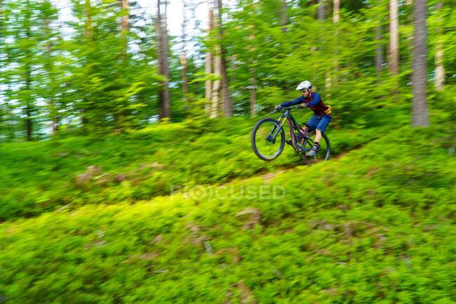 L'uomo in mountain bike su un sentiero nel bosco, Klagenfurt, Austria — Foto stock