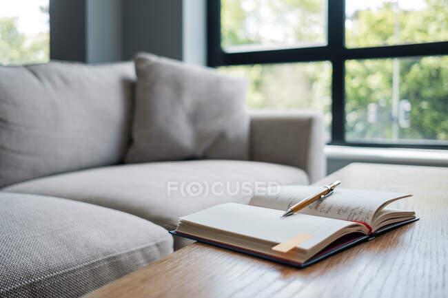 Открыть ноутбук на столе в гостиной — стоковое фото