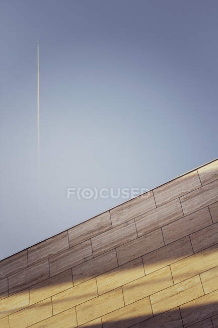 Vapour trail over a wall, Belgium - foto de stock
