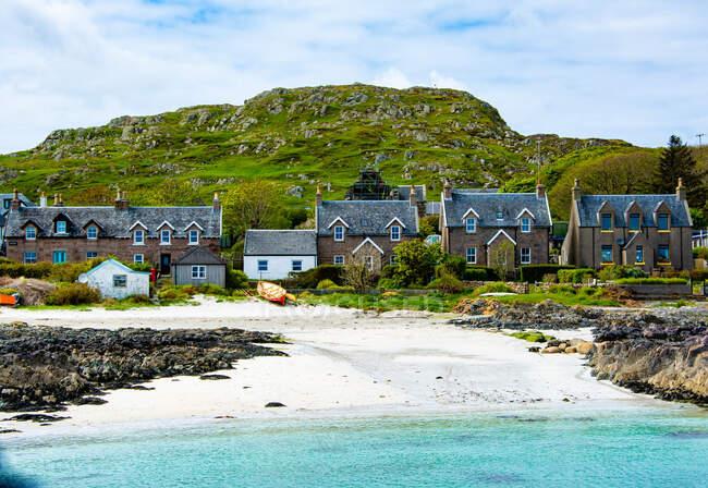 Houses by the beach, Iona, Inner Hebrides, Scotland, UK - foto de stock