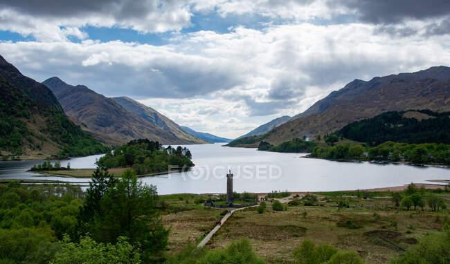 Glenfinnan Monumento a la cabeza de Loch Shiel, Highlands escocesas, Escocia, Reino Unido - foto de stock