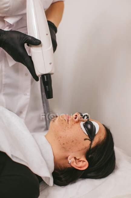 Mulher que tem um tratamento de beleza de casca de carbono — Fotografia de Stock