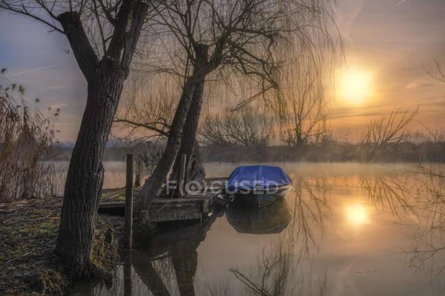 Barca ormeggiata presso un pontile, Veneto, Italia — Foto stock