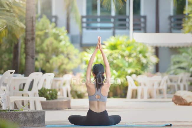 Mulher bonita fazendo ioga ao ar livre, Tailândia — Fotografia de Stock