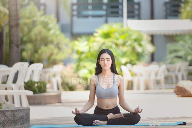 Красивая женщина сидит в позе лотоса медитируя, Таиланд — стоковое фото