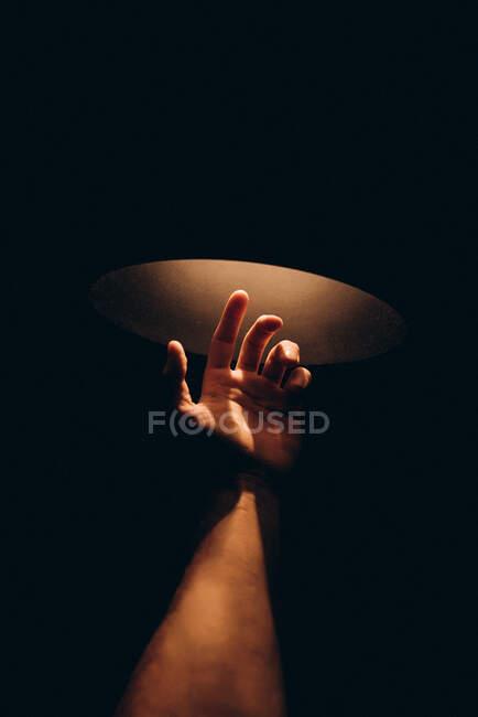 La mano del hombre que busca la luz - foto de stock