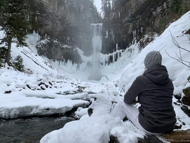 Mulher olhando para uma cachoeira, Whistler, British Columbia, Canadá — Fotografia de Stock