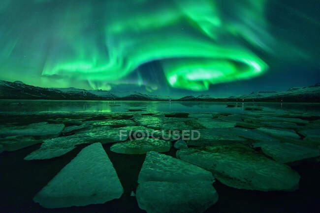 Northern lights over Jokulsarlon glacial lagoon, Vatnajokull Glacier National Park, Iceland — Stock Photo