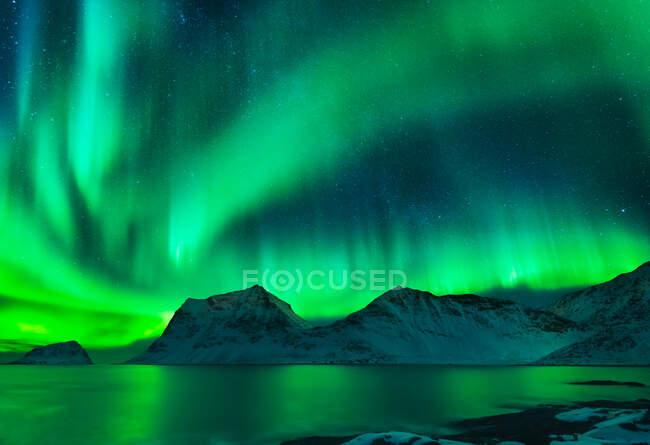 Luces boreales sobre Haukland Beach, Leknes, Lofoten, Nordland, Noruega - foto de stock