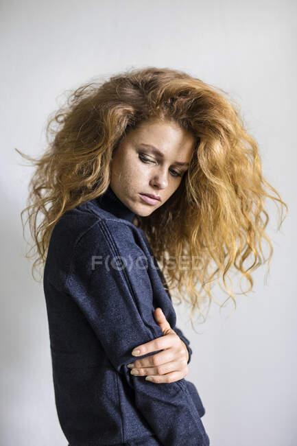 Retrato de uma mulher pensativa com cabelo comprido — Fotografia de Stock