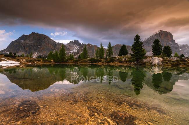 Lac Limides con Mont Lagazuoi y Tofana di Rozes al atardecer, Belluno, Véneto, Italia - foto de stock