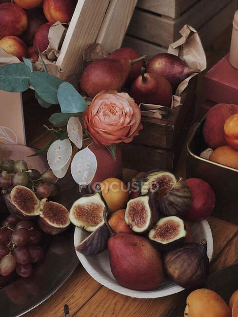 Размещение фруктов с инжиром, виноградом, грушами и сливами — стоковое фото