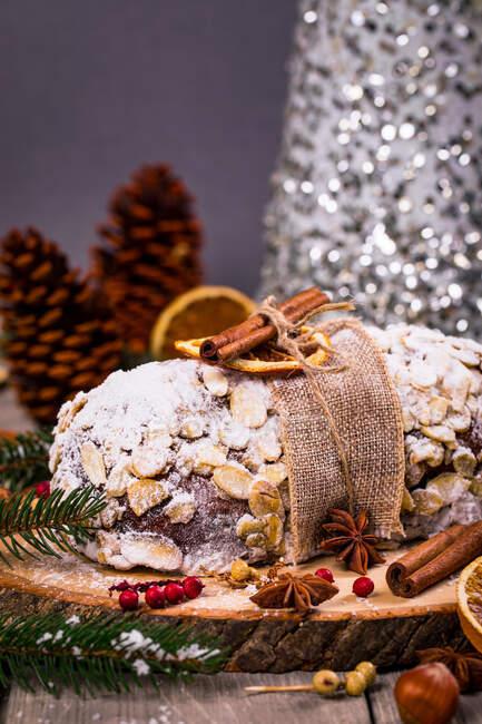 Stollen torta di Natale su un tagliere di legno con decorazioni natalizie — Foto stock