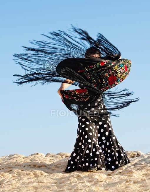 Dançarina de flamenco dançando sobre rochas, Malta — Fotografia de Stock