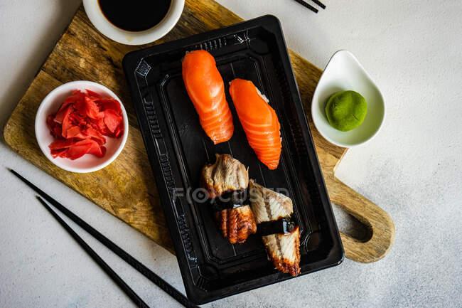 Sushi-Set mit Sushi unagi serviert auf Steintisch mit Essstäbchen — Stockfoto