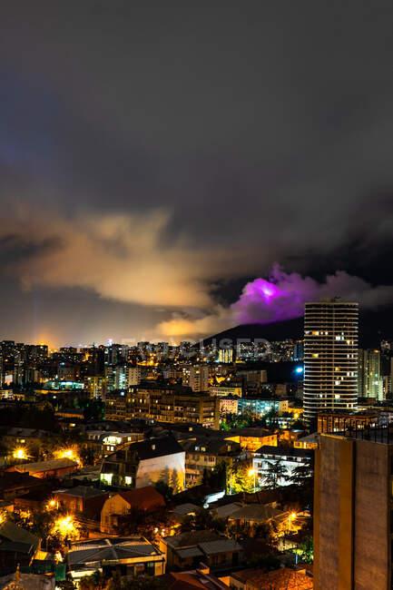 Larga exposición de nubes de tormenta sobre la ciudad por la noche, Tiflis, Georgia - foto de stock