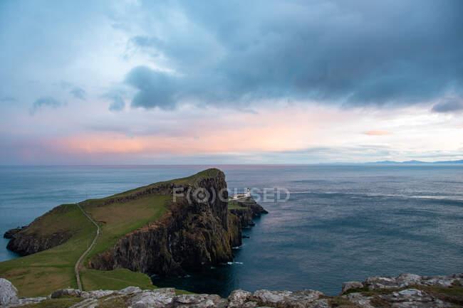 Faro de Neist Point, Isla de Skye, Escocia, Reino Unido - foto de stock