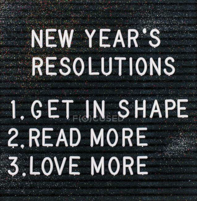 Las resoluciones de Año Nuevo sobre el cartón - foto de stock