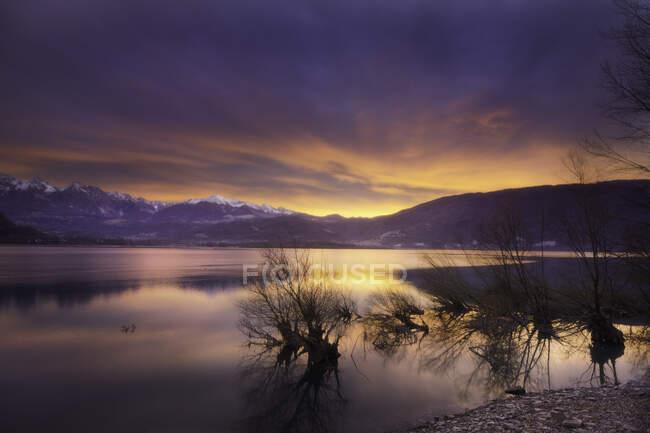 Montagna e paesaggio lacustre, Belluno, Veneto, Italia — Foto stock