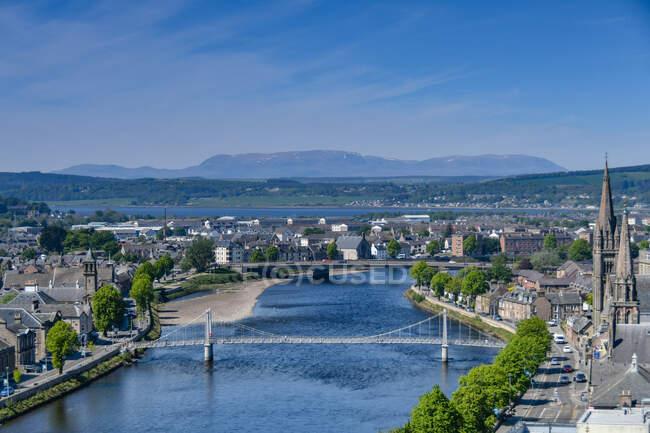 Paysage urbain avec rivière Ness, Inverness, Highlands, Écosse, Royaume-Uni — Photo de stock