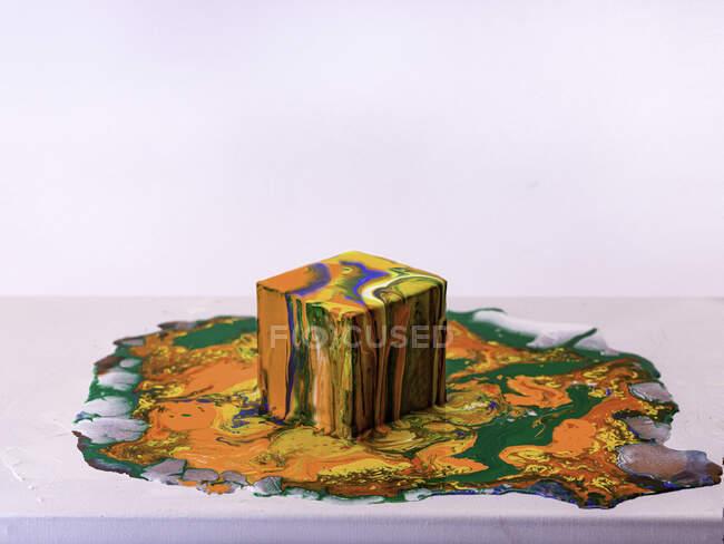 Tinta acrílica multicolorida em um cubo — Fotografia de Stock