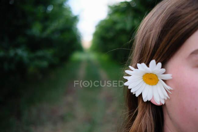 Ritratto di una ragazza con una margherita tra i capelli, Washington, USA — Foto stock