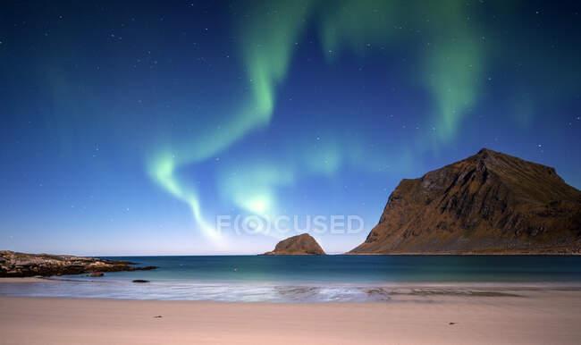 Northern lights over beach, Flakstad, Lofoten, Nordland, Norway — Stock Photo