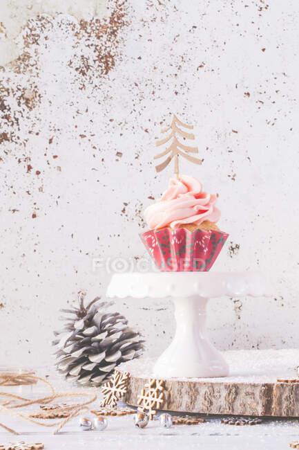 Cupcake com cobertura de creme de manteiga decorado com árvores de Natal — Fotografia de Stock