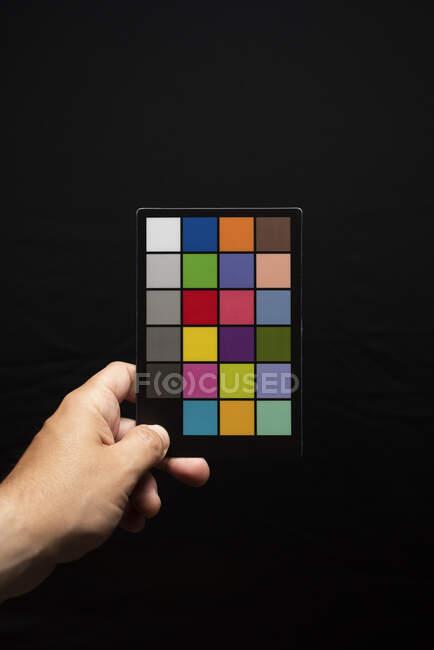 Fotografo Holding A Color checker — Foto stock